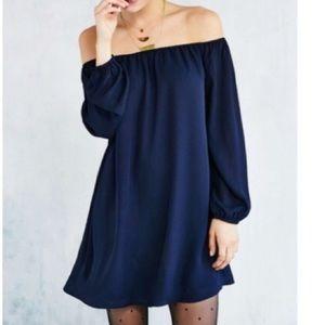 Urban outfitter eooté navy silk off the shoulder